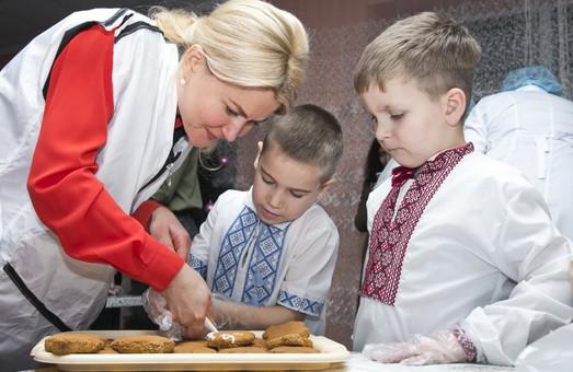 Вихованці інтернатів Харківської області отримають «миколайчиків», спечених губернатором (ВІДЕО)