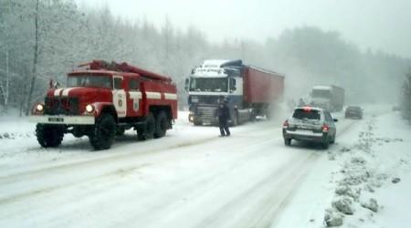 Негода продовжує чинити аварії на дорогах (відео)