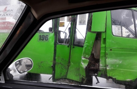 У Харкові зіткнулися маршрутка та мікроавтобус: є постраждалі (ФОТО)