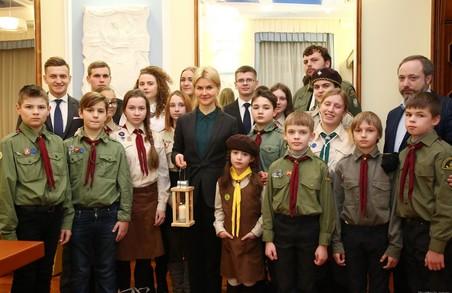 Харківські скаути передали Юлії Світличній Віфлеємський вогонь миру