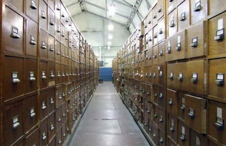 В архіві Національного університету прагнуть позбавитися паперового пилу епохи