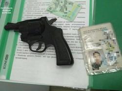 Патрульні затримали озброєного чоловіка, який намагався пограбувати банк (фото)