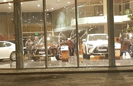 Невідомий вночі кинув у бік приміщення автосалону боєприпас - подробиці від поліції