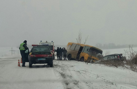 Під Харковом автобус з пасажирами вилетів в кювет, є загиблі
