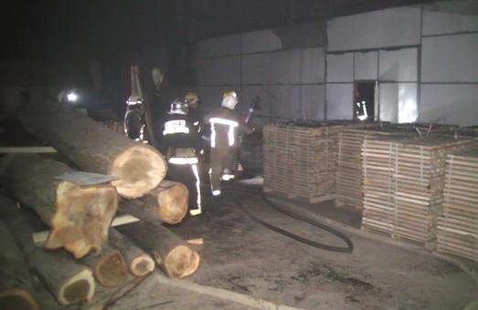 Рятувальники ліквідували значну пожежу у деревообробному цеху/ Фото