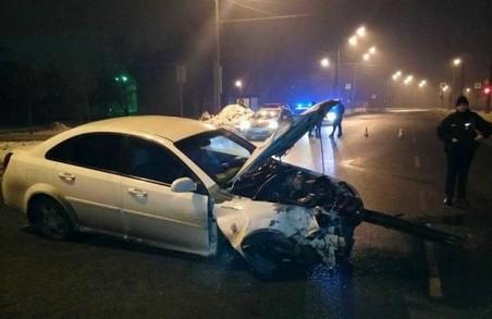 ДТП у Харкові: знесено світлофор, огорожу вздовж проїжджої частини, розбито автівки/ Фото