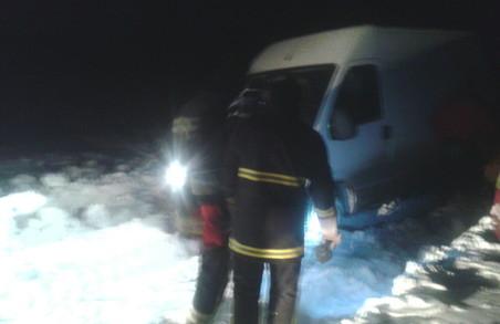 Снігова негода: рятувальникам вдалося витягти зі снігових заметів 3 авто (фото)