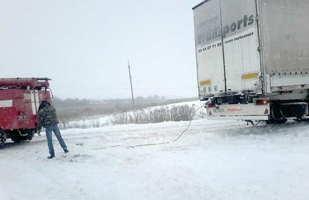 В снігу застрягли чотири автомобілі