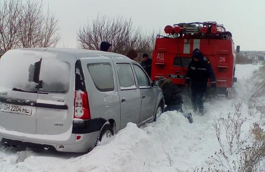 Зі снігового полоні було витягнуто три автомобіля швидкої медичної допомоги/ Фото