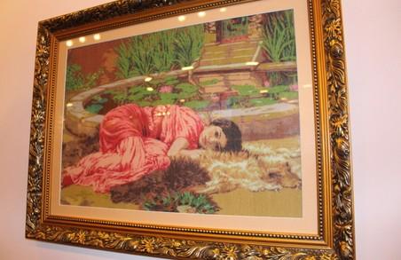 Краса, створена з ниток: в «Бузку стартувала виставка вишитих картин