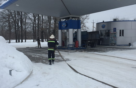 Рятувальники погасили пожежу нафти та нафтопродуктів у резервуарах на АЗС/ Фото