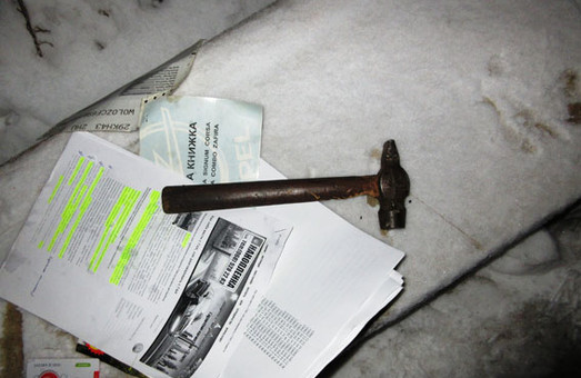 Автокрадія з молотком було затримано на місці злочину/ Фото