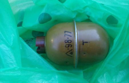 Поліцейські встановлюють, що граната робила в сміттєвому баку/ Доповнено, Фото