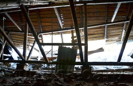 Обвалився дах будинку. Мешканці переїхали жити в дитячий садок/ Доповнено