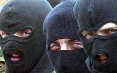 У Харкові до райвідділу поліції було доставлено 70 затриманих осіб в камуфляжній формі, масках та зі зброєю/ ВІДЕО
