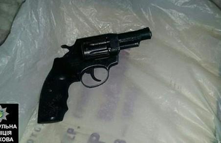 Вистрілив в опонента на зупинці з револьвера