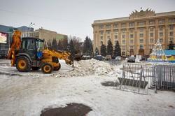 Демонтаж: з площі Свободи прибрали новорічну атрибутику. Та не всю
