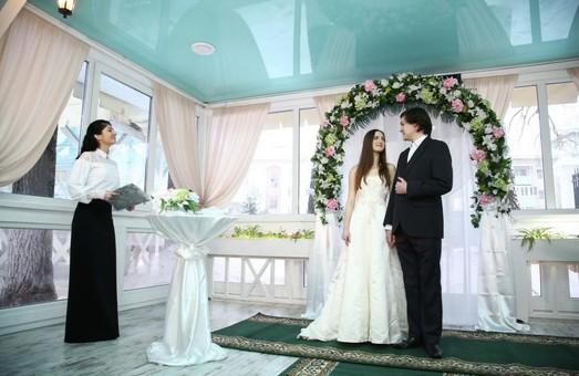 """Світлична і представник  Посольства США привітали перших молодят, які отримали послугу """"Одруження за 24 години""""/ ВІДЕО"""