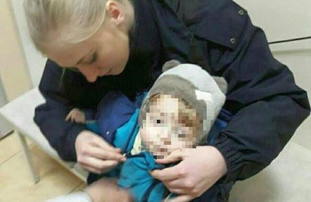 Харківські патрульні доправили до лікарні покинуту батьками дитину