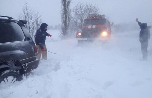 Шкільний автобус з шістьома дітьми віком від 3-х до 9-ти років застряг у сніговому заметі