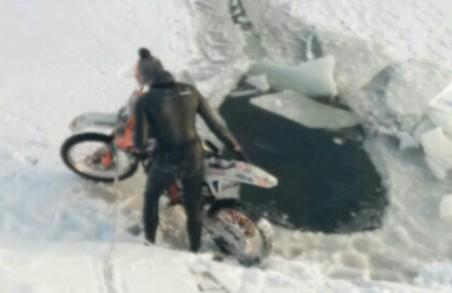 Мотоцикліст вирішив випробувати долю та виїхав на тонкий лід/ Фото
