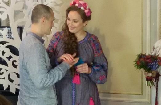 Харківська волонтерка вийшла заміж за незвичайного чоловіка / ФОТО