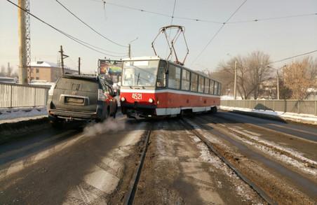 У Харкові черговий трамвай «з'їхав з котушок» – прямо над залізничними рейками / ФОТО