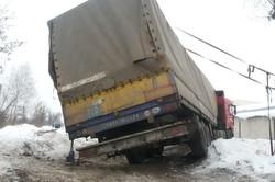 Фура застрягла у сніговому заметі/ Фоторепортаж