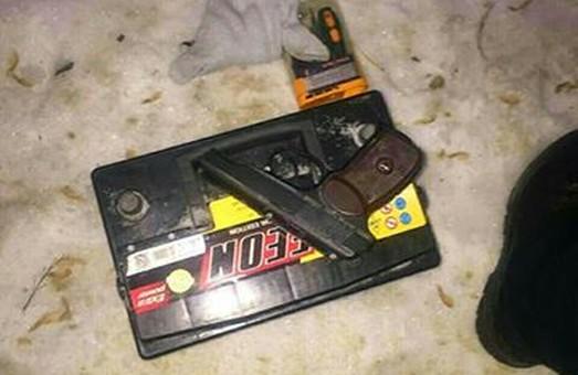 Перехожий з пістолетом чи то вкрав, чи то десь знайшов автомобільний акумулятор