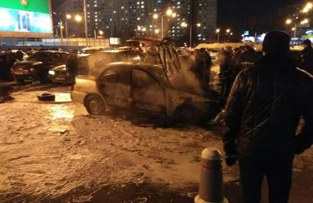 На парковці загорівся Lanos, сміттєвоз в'їхав у зупинку, розбиті три автівки: ДТП у Харкові за добу / ФОТО