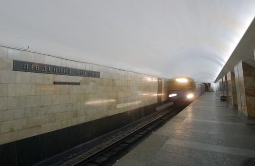 У метро Харкова жінка стрибнула під поїзд (ВІДЕО)