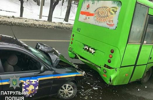 У Харкові - ДТП за участю маршрутки та машини поліції / ФОТО