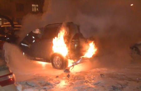 Рятувальники показали, як гасили автомобіль на Павловому Полі: фото
