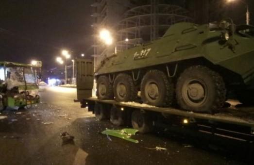Вечірнє ДТП на Гагаріна за участю маршрутного автобуса і військового причепа з БТР / Фото, ВІДЕО