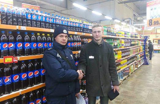 Магазинні крадії використовують просторі куртки з широкими рукавами для виносу товарів з супермаркетів