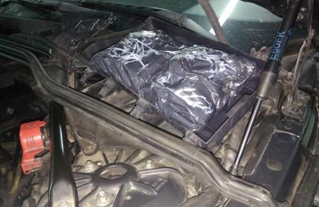 На німецькій машині з литовськими номерами в Україну везли 5 кг наркотиків