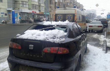 У Харкові снігові брили падають на машини і травмують людей