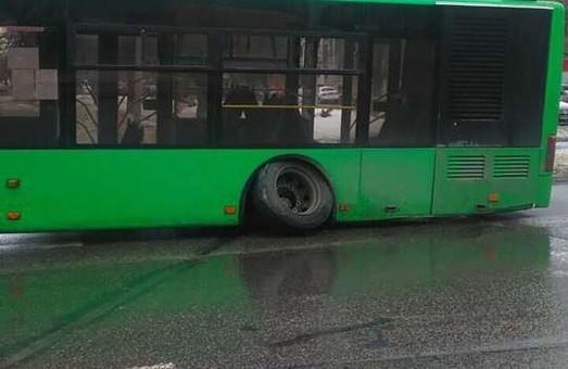 Тролейбус «втратив» колесо, трамвай «загубив» шлях, а поліцейському підсунули хабар: ДТП у Харкові