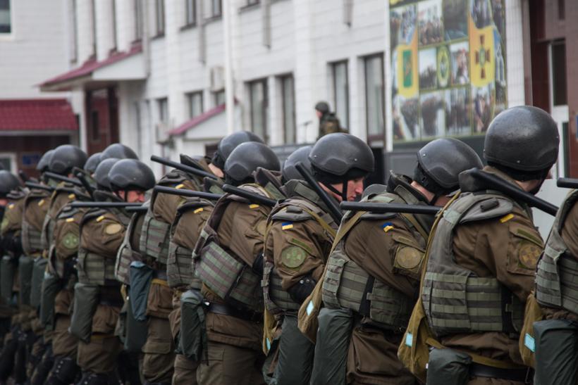 Практические занятия: курсанты отрабатывали действия во время массовых беспорядков (ФОТО)