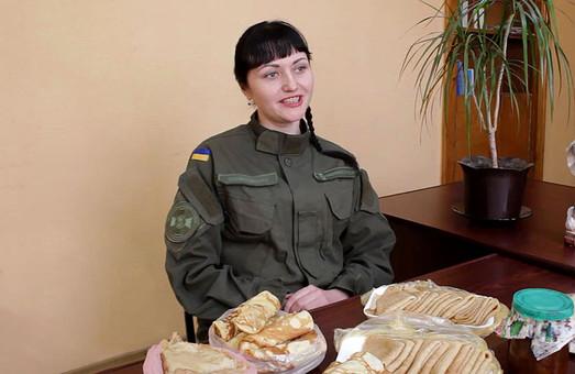 Гвардійці Слобожанської бригади пригостили млинцями товаришів в зоні АТО / ФОТО