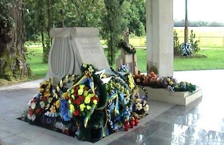 Близько тисячі людей співали гімн біля могили його автора