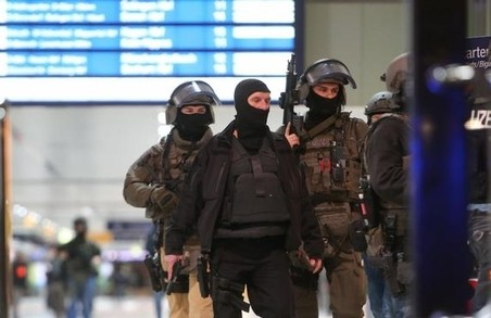 Чоловік з сокирою напав на людей на вокзалі/ ВІДЕО