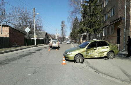 ДТП в Харкові: позашляховик врізався в автомобіль таксі