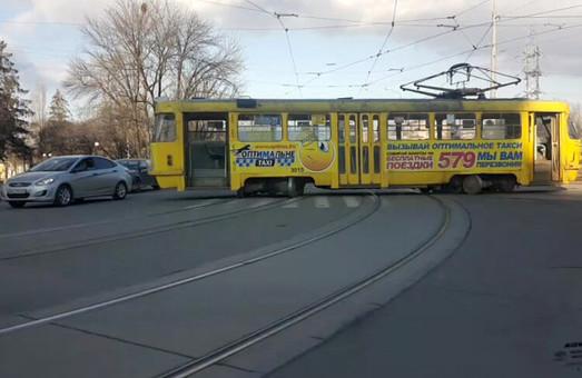 Трамвай не схотів полишати Салтівку, «Гольф» намагався вдягтися на «Ланос»: ДТП у Харкові / ФОТО