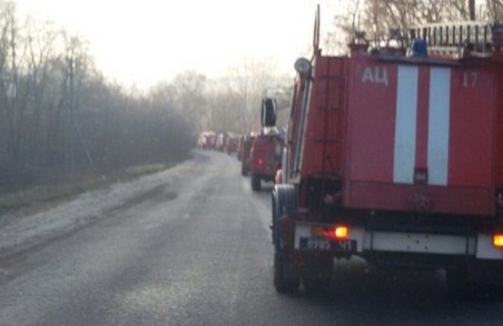50 пожежних машин з'їхалися до Балаклії гасити пожежу на артскладах