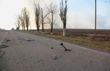 Хвостовик, орієнтовно, від міни застряг на трасі під Яковенково/ Фото