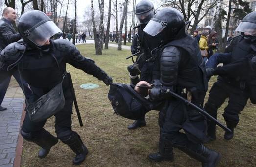 ОМОН проти людей: як у Мінську розігнали мітинг опозиції (ВІДЕО)