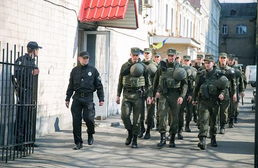 Перші посилені патрулі правоохоронців вийшли на чергування у метрополітени/ Фото
