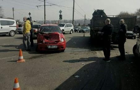 Жінка врізалася в КамАЗ, скутерист загинув: ДТП у Харкові та області