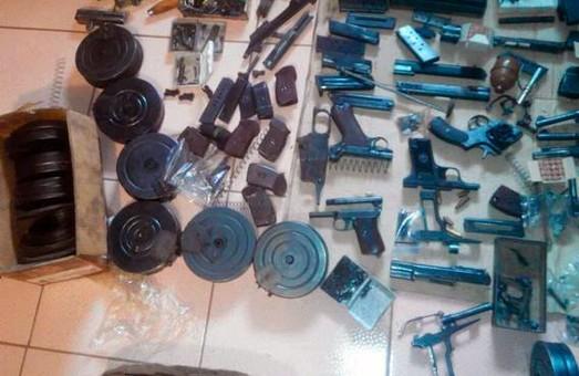 Харьківсько-сумські поліцейські виявили арсенал зброї
